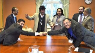 نماینده دولت یمن (راست ) در حال دست دادن با نماینده شورشیان شیعه حوثی در جریان نشست سوئد