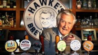 霍克爱喝啤酒,澳大利亚有公司推出一个以他命名的啤酒品牌。