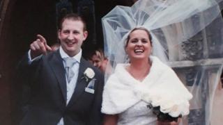 """Foto de Samantha y su esposo """"Dixie"""" Dixon en su día de bodas."""