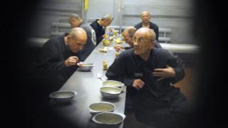 Presos bielorrusos comiendo en Glubokoye en 2009.