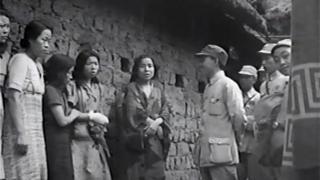 بعض النساء يصطففن ويتحدثن مع ضابط صيني