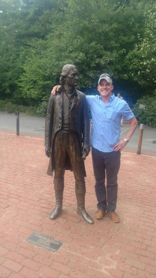 Irkçıların yürüyüşüne katılan Peter Tefft'in eylemlerden önce Charlottesvilleli eski ABD Başkanı Thomas Jefferson'ın heykeliyle fotoğrafı