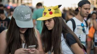 Dos jóvenes jugando Pokémon Go