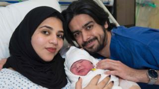 Al Matrooshi con su marido y su bebé