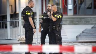"""полиция около эвакуированного концертного зала """"Маасило"""" в Роттердаме"""