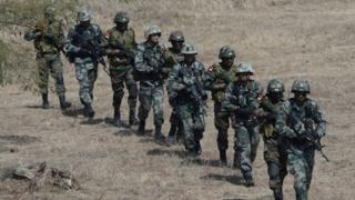 संयुक्त प्रशिक्षण अभ्यास 'हैंड इन हैंड 2016' के दौरान एक साथ अभ्यास करते भारत और चीन के सैनिक