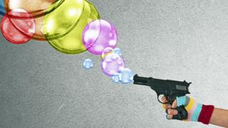 pistola disparando burbujas de colores