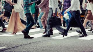 yürüyen insanlar