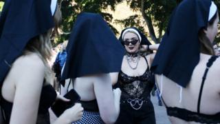 معترضانی در سیدنی استرالیا که مقنعه راهبههای مسیحی بر سر دارند