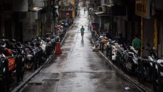 澳門半島某低窪內街上行人冒著颱風前行(27/8/2017)