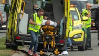 Hitna pomoć pomaže jednom od ranjenih u napadu u Krajstčerču