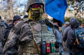 ناشط في مجال حقوق السلاح يتحدى قانون ولاية فرجينيا لعدم وجود قناع في تجمع يوم اللوبي