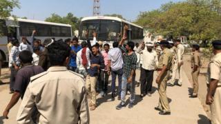 પોલીસ સામે વિરોધ કરી રહેલા ખેડૂતો