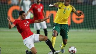 Mohamed Elneny (kushoto) amejiunga na Arsenal baada ya kuichezea Misri katika kombe la Afcon