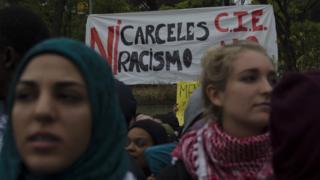Protestas frente al centro de internamiento de extranjeros en Aluche, Madrid.