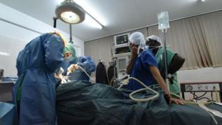 Un patient dans une salle d'opération d'une clinique privée d'Abidjan (illustration).