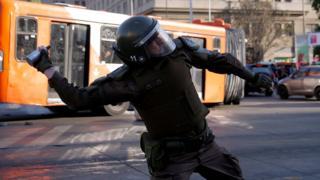 پلیس ضد شورش در پایتخت از گاز اشک آور و باتوم برای متفرق کردن معترضان استفاده کرده است.