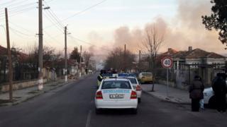 Asap terus mengepul di desa Hitrino, Bulgaria, beberapa jam setelah ledakan kereta yang keluar dari rel, 10 Desember 2016.