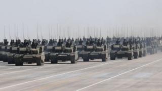 चीनी सैनिक टैंकों के साथ
