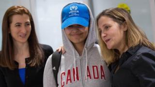 라하프 무함마드 알-쿠눈(가운데)이 12일 캐나다 토론토 공항에 도착했다