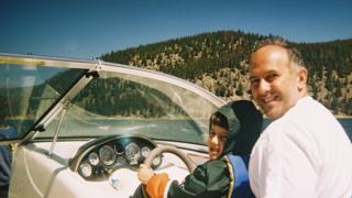 O marido de Celia, Jason, e o filho do casal, Christian, em 2006