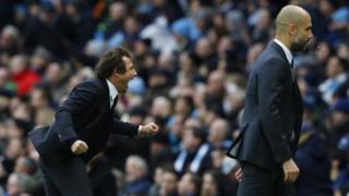 Huấn luyện viên Chelsea Antonio Conte ăn mừng bàn thứ ba, trong lúc Pep Guardiola của Manchester City thất vọng