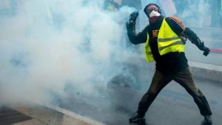 Fransa'daki eylemlerde göstericilerin giydiği sarı yelekler, hükümet karşıtı tepkinin simgesi haline geldi.