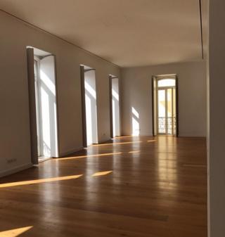 Imagem mostra interior de apartamento na Lapa, em Lisboa