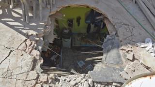 سقف منزل إصيب الذي ببقايا صاروخ في حي أم الحمام في مدينة الرياض.
