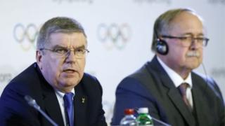 Президент МОК Томас Бах и глава комиссии МОК Сэмуэль Шмид озвучили решение комитета