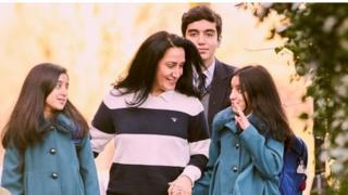 فانيا اسماعيل وابنها وبناتها التوأم
