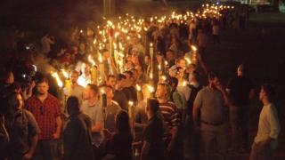 12日の衝突前夜、バージニア大学で集まった白人国家主義者たち(11日、米バージニア州シャーロッツビル)