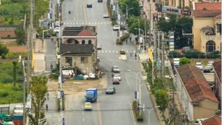Casa no meio de avenida em Xangai