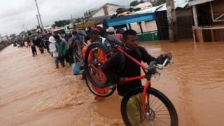 Accompagné de pluies diluviennes et de vents soufflant jusqu'à 290 km/h, Enawo est selon la Croix-Rouge, le plus puissant cyclone qui a frappé Madagascar depuis le cyclone Giovanna en 2012.