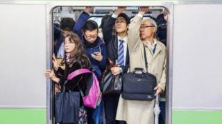 ركاب في قطار مزدحم في اليابان