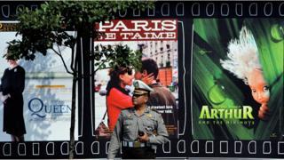 polisi dan baliho film di Jakarta