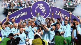 Wachezaji wa Manchester City wakishangilia ubingwa wa ligi ya England