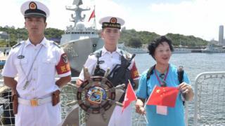 获安排出席欢迎仪式的香港市民与银川舰上的军人合影(中新社图片7/7/2017)