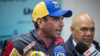 Kiongozi wa upinzani Henrique Capriles amesema tume ya uchaguzi inafanya vichekesho kwa kuchelewesha kura za maoni