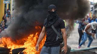 Manifestante con la cara cubierta