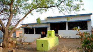 આય્યાકોંડા ગામમાં દરેક ઘરની સામે એક કબર બનેલી છે.