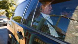 Dirceu é visto dentro de um carro