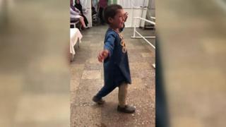 Ples dečaka bez noge