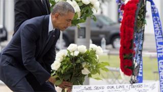 オーランド乱射被害者のために花束を手向けるオバマ米大統領(16日)