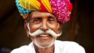 Пожилой улыбающийся индиец