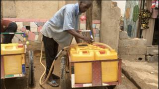 Mairuwa dey try fetch water to supply customer