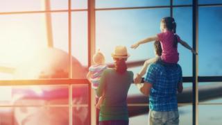 عائلة في المطار