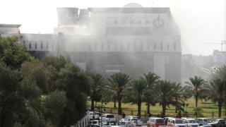 العنف في ليبيا: مسلحون يقتحمون مقر المؤسسة الوطنية للنفط