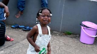 Niña llora en Haití