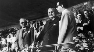 ژول ریمه، رئیس فیفا (چپ) در کنار ژنرال یورکو گاسپار دورتا